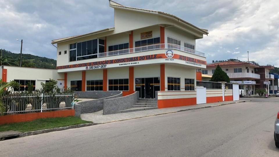 Edifício em alvenaria comercial e anexos
